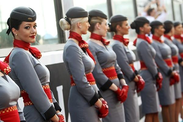 Стюардессой или стюардом и сегодня мечтают тысячи юношей и девушек – престиж профессии растет
