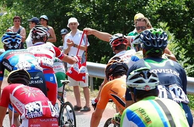 Велосипедист команды «Катюша» принимает питание у своего помощника