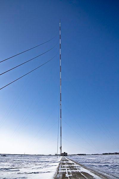 Третье место в рейтинге самых высоких зданий занимает башня KVLY-TV, построенная в Северной Дакоте в 1963 году. Её официальная высота - 628 метров.