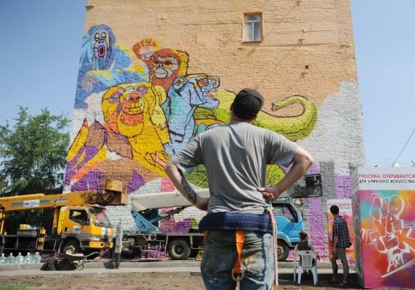 Москва. Украшение здания на улице Трубной (дом 15) граффити площадью 180 квадратных метров «Цирк» райтера Алексея Медного.