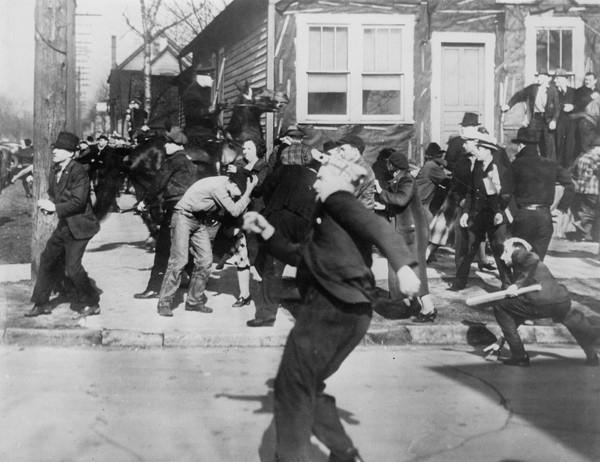 Бурный экономический рост первой половины XX века сопровождался наплывом населения из южных штатов (преимущественно чернокожего) и Европы. Хотя дискриминация при приеме на работу ослабла, однако проблемы всё равно были, и это вылилось в расовый бунт.
