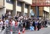 у здания больницы собралась большая толпа зрителей и журналистов