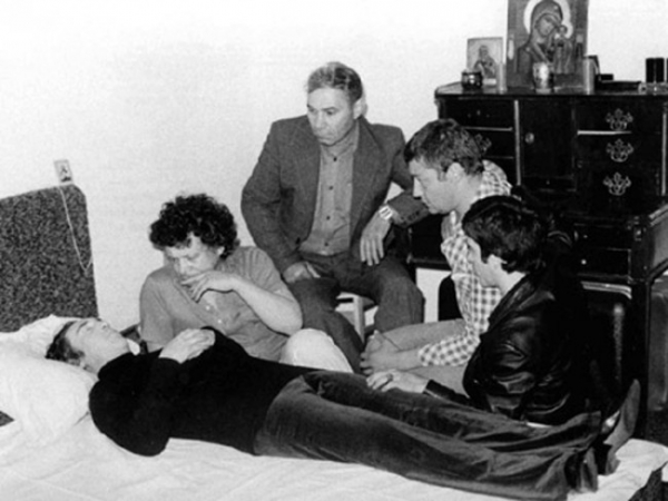 Рядом с Высоцким: В.Янклович, В.Туманов, В.Абдулов и И.Годяев.