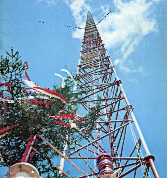 """Предшественником """"Бурдж-Халифы"""" в звании самого высокого рукотворного здания была Варшавская радиобашня длиной в 646 метров. Конструкция обрушилась в 1991 году."""
