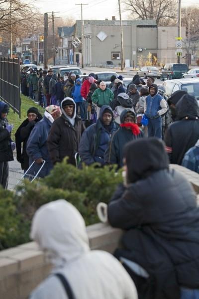 Ежемесячное распределение бесплатного питания для малоимущих жителей города.