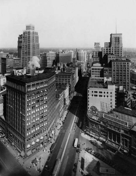 1931 г. Многие здания и особняки города были построены в конце XIX — начале XX веков, когда для Детройта наступил «золотой век». В то время его называли «Парижем Запада» за роскошную архитектуру.