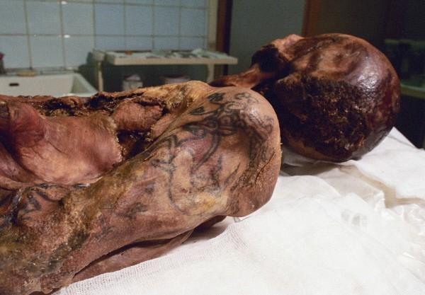 По подсчетам ученых, «принцесса Алтая» жила более 2,5 тысяч лет назад и умерла в возрасте 26 лет. При погребении она была одета в наряды из шелка, тело ее было покрыто татуировками с изображениями грифонов. Рядом с «принцессой» была захоронена шестерка ло