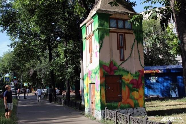 Ярославский стрит-арт - обшарпанные здания, магазины, трансформаторные будки, раскрашенные художниками-граффитчиками.