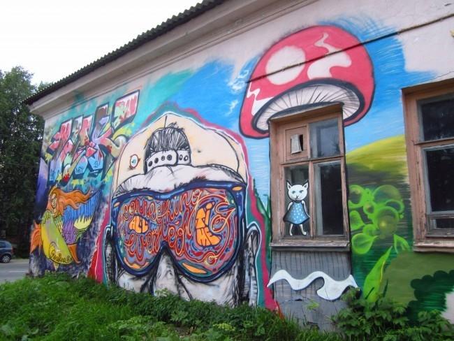 После открытия школы граффити в Архангельске  можно увидеть не только привычные горожанам незамысловатые послания, но и удивительные картины местных художников. Причем некоторые обнаружились в совершенно неожиданных местах.