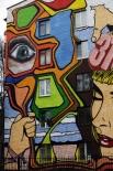 Граффити на стене дома, расположенного в районе Изумрудной улицы в Москве.