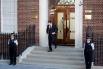Пресс-секретарь герцога Кембриджского Эд Перкинс вышел из больницы, чтобы доставить официальное объявление о рождении принца Кэмбриджского