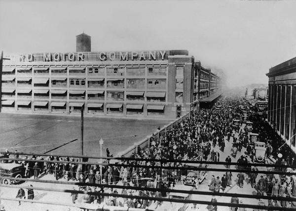 Тысячи людей выходят из завода Ford.