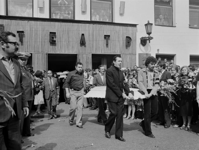 В его родном театре, над окошком кассы вывесили скромное объявление «Умер актер Владимир Высоцкий». Но печальная весть сразу разнеслась по всему городу. Уже через несколько часов на Таганской площади начали собираться люди. Они не расходились до самых похорон.