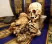 Находка была сделана 2 года назад в горах Перу. Накрытые одеялом, мумии были найдены на холме Wiracochan в 2-х километрах от города Андауайлильяс.  Одна из мумий, высотой 50 см с нечеловеческими характеристиками, имеет вытянутый треугольный череп и боль