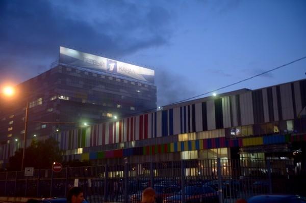 Первоначально сообщалось об открытом горении кровли здания, однако затем выяснилось, что возгорание произошло на одном из этажей пристройки, предположительно, на первом. Очевидцы происшествия сообщали о густом черном дыме, поднимающемся над зданием.