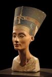 Нефертити – еще одна египтянка, была «главной супругой» фараона Эхнатона и еще при жизни слыла невероятной красоты женщиной. Бюст Нефертити был раскопан в начале XX века немецким археологом, сегодня он хранится в Новом музее в Берлине.