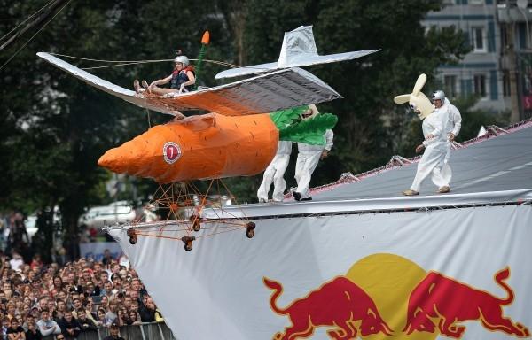 Участница команды «Мазайцы» Ирина Калугина прыгает с трамплина на фестивале самодельных летательных аппаратов Red Bull Flugtag