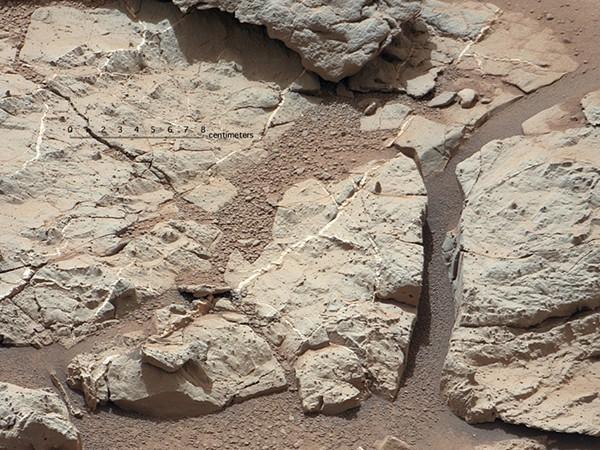 Незадолго до этого марсоход взял первый образец марсианского грунта, результаты анализа которого также подтвердили то, что на месте, где сейчас находится аппарат, раньше несся поток воды.
