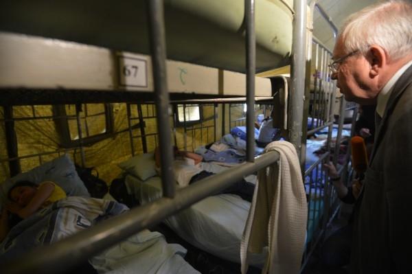 Уполномоченный по правам человека в РФ Владимир Лукин в палаточном лагере для мигрантов в Гольяново