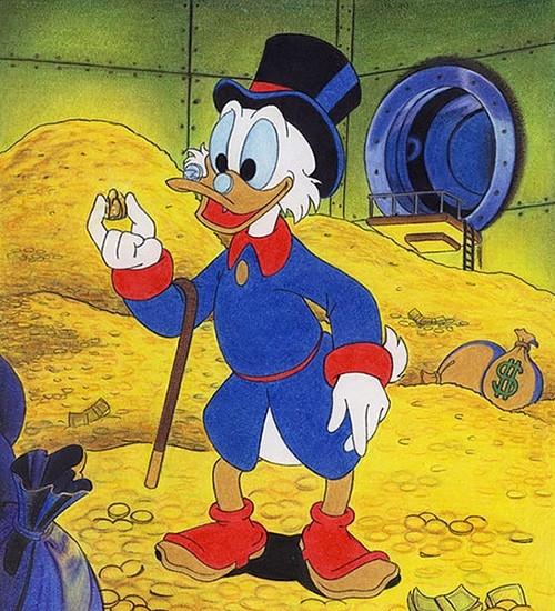Состояние Скруджа Макдака оценили 65,4 миллиарда долларов. Большая его часть хранится в виде монет из золота в банковском сейфе. В виду роста цены на драгоценный металл за последний год состояние селезня значительно увеличилось.
