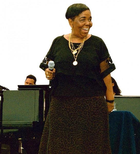 Сезария Эвора  – знаменитая на весь мир певица «морна», неизменно выходившая на сцену босиком, в качестве символа бедности, в которой жили и продолжают жить многие ее земляки в республике Кабо-Верде.