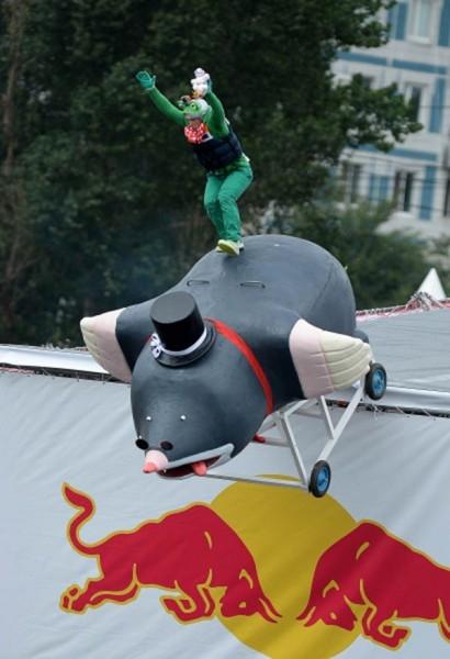 Участник команды «Городские ласточки» Сергей Артюхин прыгает с трамплина на фестивале самодельных летательных аппаратов Red Bull Flugtag