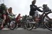 Главным отличием этого велоконкурса в стиле ретро от других является то, что участвуют только девушки.