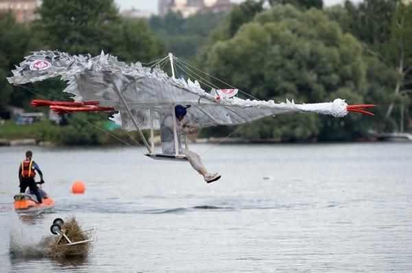 Участник команды «Единый лидер» прыгает с трамплина на фестивале самодельных летательных аппаратов Red Bull Flugtag