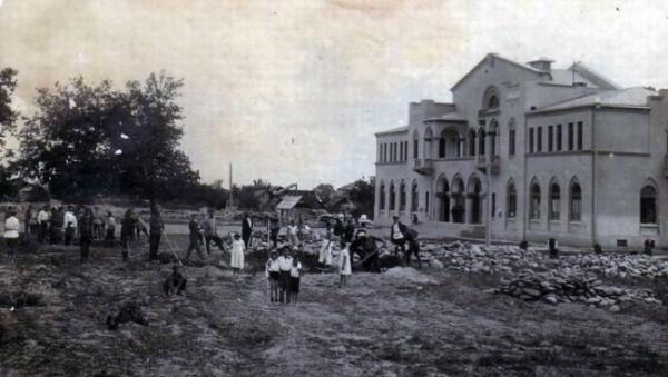 Здание театра 1930-х годов постройки.  Впервые картлийское село Цхинвал упоминается в грузинских источниках в 1398 году.  Статус города Цхинвал получил в 1922 году, став стал столицей Юго-Осетинской автономной области в составе Грузинской ССР.