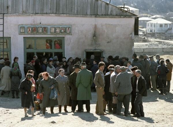Жители Цхинвала ждут у магазина поступление продуктов. 1991 г.  После вооруженных конфликтов в 1991-1992 годах Грузия фактически утратила контроль над Абхазией и Южной Осетией, однако продолжила считать их своей территорией де-юре. Обе территории де-фак