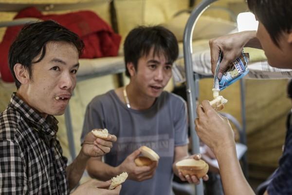 Вьетнамские рабочие-нелегалы, которые находятся на территории палаточного лагеря в столице, попросили заменить гречку более привычным для них рисом.