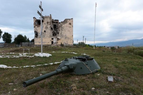 2013 г.  Вид на разрушенную базу российских миротворцев неподалеку от Цхинвала.