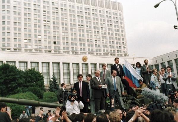 В 1991 году консервативно настроенные государственные деятели из числа высшего руководства страны, недовольные политикой президента СССР Михаила Горбачёва, образовали Государственный комитет по чрезвычайному положению. Целью их было не допустить распада СССР.