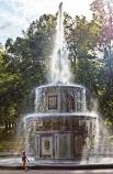Римские фонтаны Это парные двухступенчатые фонтаны, отделанные цветным мрамором и скульптурной пластикой в виде золотых гирлянд, венков и маскаронов. При постройке архитекторы взяли за образец каменный фонтан перед собором святого Петра в Риме (отсюда и