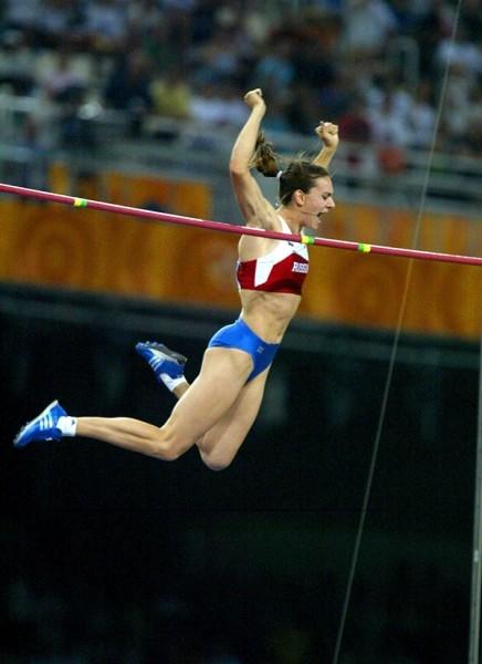 В 2004 году Елена Исинбаева поставила сразу несколько новых рекордов и стала триумфатором Олимпийских игр в Афинах.