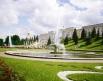 Парные фонтаны «Чаши» Расположены перед Большим дворцом.  Их называют «Французским» (восточный) и «Итальянским» (западный) фонтанами. Кроме того, перед Большим дворцом также расположены фонтаны «Мраморные скамьи» и «Воронихинские колоннады».
