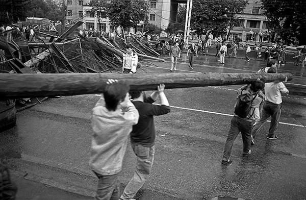 Москвичи строят баррикады на подступах к зданию Верховного Совета РСФСР.