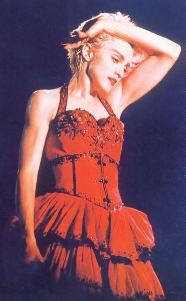 В клипе для сингла Material Girl Мадонна выступила в образе, который был вдохновлен Мэрилин Монро.