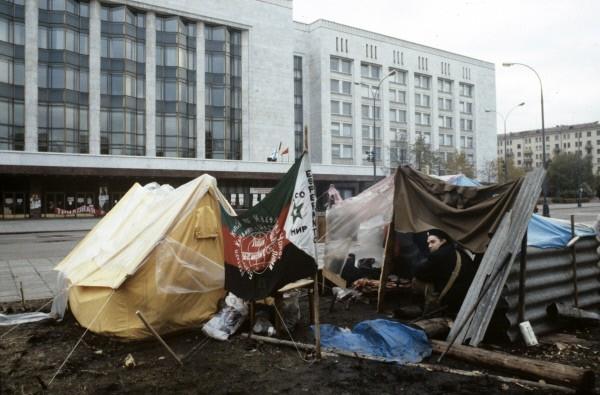 Люди в палатках перед Белым домом 21 августа 1991 г.