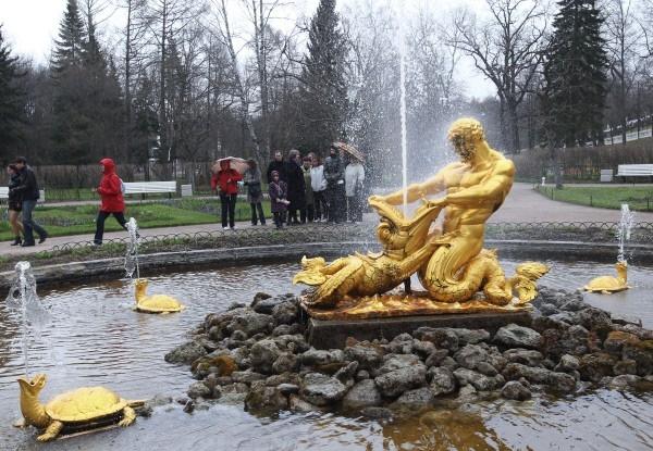 Фонтан «Оранжерейный», расположенный вцентре Оранжерейного сада ввосточной части Нижнего парка Государственного музея-заповедника «Петергоф».