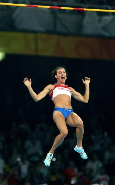 В июле 2005 года на соревнованиях категории «Супер Гран-при IAAF» в Лондоне ей впервые в истории прыжков с шестом среди женщин покорилась высота 5 метров. В последующие годы она ставила рекорд за рекордом.