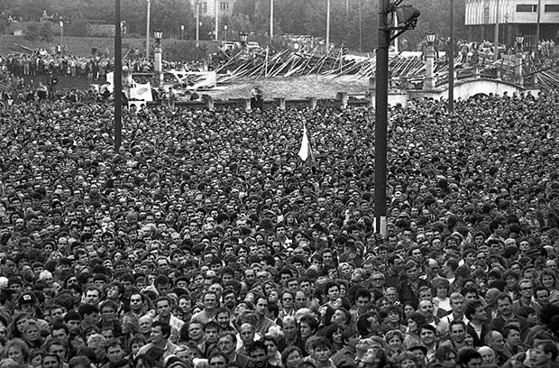 Сотни тысяч человек собрались на Манежной Площади в Москве 10 марта 1991 года с требованиями отречения от власти Михаила Горбачева и его коммунистических соратников.