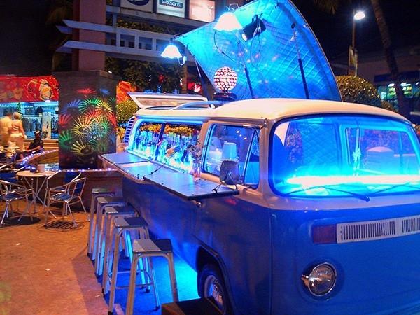 У этого автомобиля была яркая жизнь, которая нашла свое продолжение. Реинкарнация в виде популяронго кафе не самый плохой вариант.