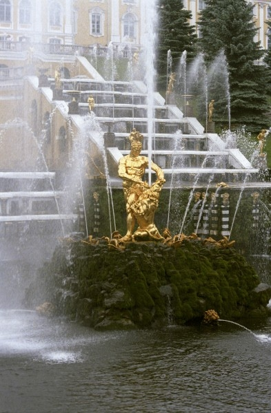 Большой каскад с фонтаном «Самсон»  Главное фонтанное сооружение Нижнего парка и блестящий памятник искусства барокко.  Торжественный пуск каскада состоялся в 1723 году. Знаменитый фонтан  «Самсон» был установлен в 1735 году, еще через три года устано
