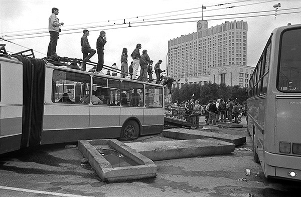 Защитники Белого дома перегородили дорогу сдвинутыми троллейбусами. В результате столкновения с военными три защитника Дома Советов погибли, они посмертно стали Героями Советского Союза.