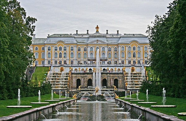 К середине 20-х годов 18 века были разбиты регулярные Верхний сад (15 га) и Нижний парк (102,5 га), построен Большой дворец - и собственно создана система фонтанов.