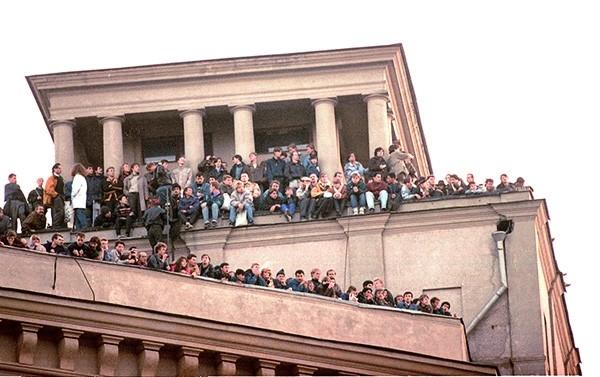 Люди перед Белым домом 21 августа 1991 г.
