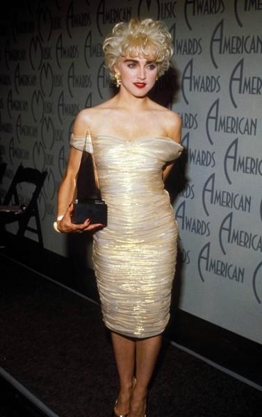 1988 год. Мадонна любит повторять, что девочки еще с детства считали ее «другой» и часто крутили у виска при одном только виде.