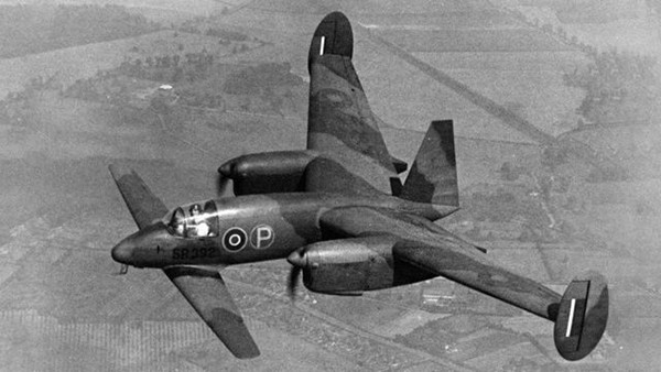 «Libellula», британский экспериментальный самолёт с двойными крыльями и двумя двигателями, давал пилоту отличную видимость при посадке на авианосцы (1945 год).