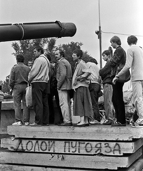 Люди на баррикадах перед Белым домом 21 августа 1991 г.